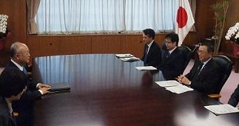 宮沢経産相と会談する天野事務局長(写真左)