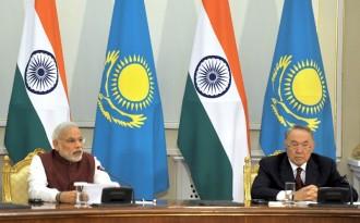 ウラン契約の更新はインドのN.モディ首相(=左)による公式カザフ訪問(=右はN.ナザルバエフ大統領)に合わせて合意された©インド首相府