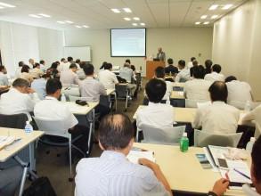 約60名が参加する盛況ぶりとなった専門家会合(=壇上は開会挨拶を行う高橋明男原産理事長)