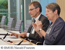 処分プログラム案策定にあたり、透明性と確実性に配慮したと強調するB.ヘンドリクスBMUB大臣(=右)©BMUB