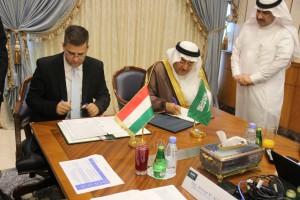 原子力協定に調印するハンガリーの国家開発相(=左)とサウジのKACARE総裁©KACARE