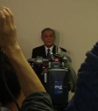 会議終了後、報道陣から囲み取材を受ける八木社長