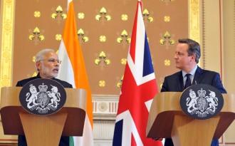 記者会見を行う両国の首相©インド首相府
