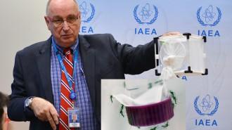 不妊虫放飼法について説明するマラバシ事務次長©Calma/IAEA