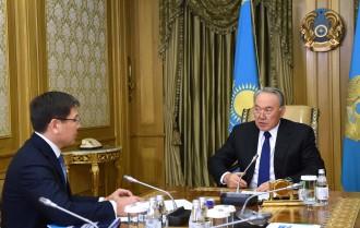 カザトムプロム社の社長と会談するナザルバエフ大統領(=右)©大統領府