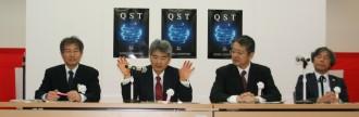 記者会見に臨む平野理事長(左から2人目)