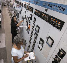 Hキャニオン制御室で第1サイクル・ユニットの再稼働準備を行う上級運転員©DOE/SRS