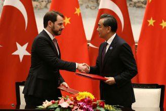 調印式に臨んだトルコ・エネルギー省のアルバイラク大臣(=左)と中国の王毅外相©トルコ政府