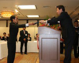 東海大・山田学長より修了証書が授与された