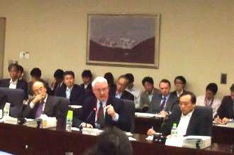 総合資源エネルギー調査会で発言するハムレ氏(2013年10月、=写真中央)