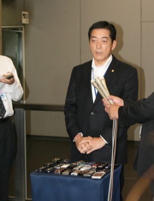 Governor Nakamura at the press conference. IC recorders of the press are in good order.