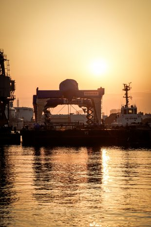 The vessel leaves the port at dawn for the Fukushima Daiichi NPS (photo provided by Toshiba Corporation).