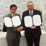 Minamisoma Mayor Monma signing an agreement with NEDO Chairman Ishizuka