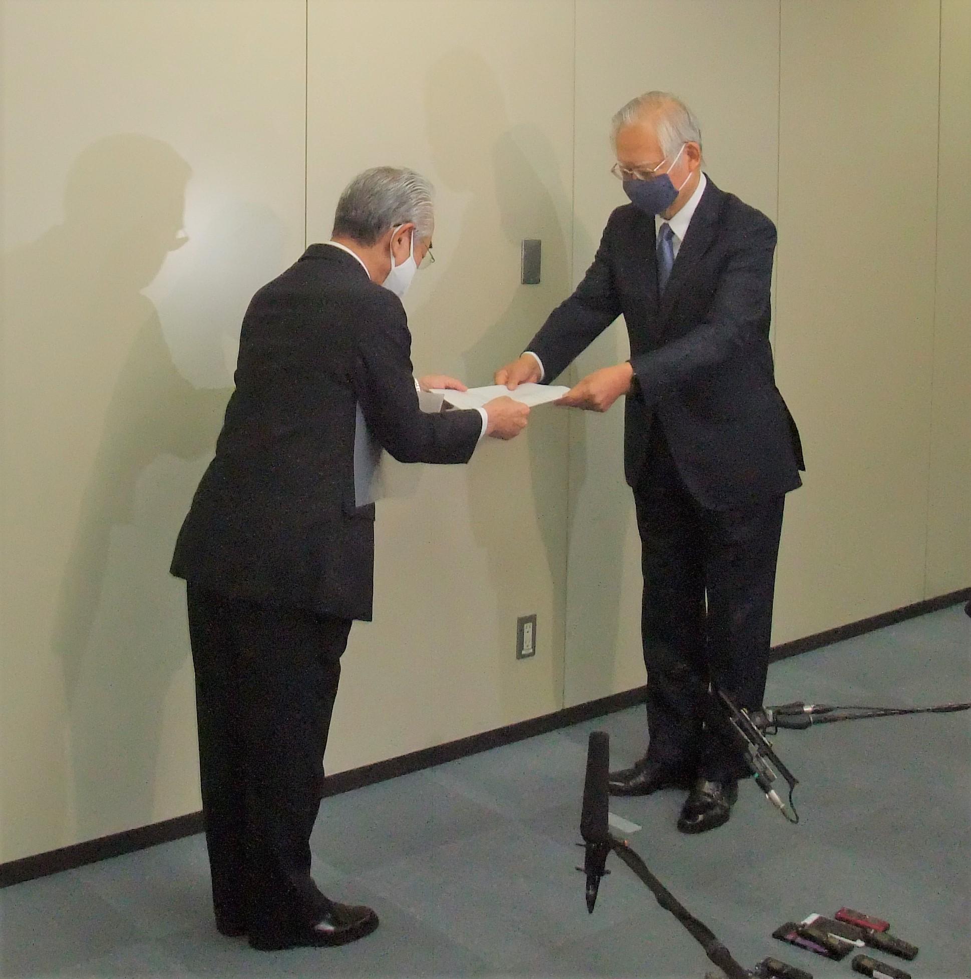 文献調査応募書を手渡す片岡町長(左)